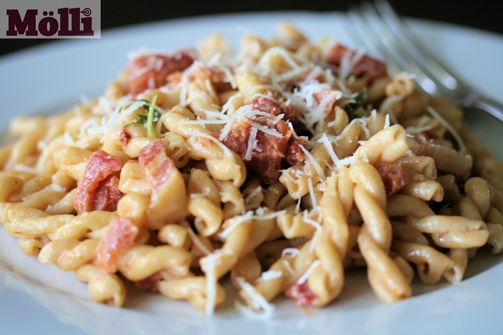 Pasta with bacon and spicy tomato sauce recipe - Molli